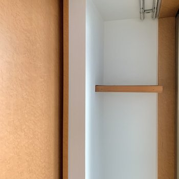 収納の横に棚があります。小さな植物とか、似合いそうですよ。