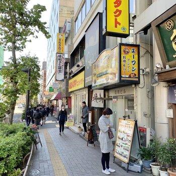 近くには飲食店が充実しています。