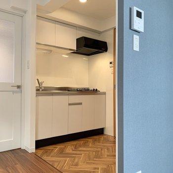 クロスの向こう側がキッチンです。ヘリンボーン床が素敵。※写真は前回募集時のものです
