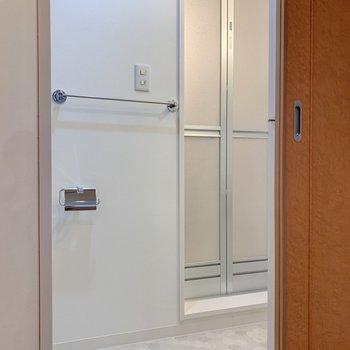 洗濯機隣の扉を開けて、脱衣所へ。