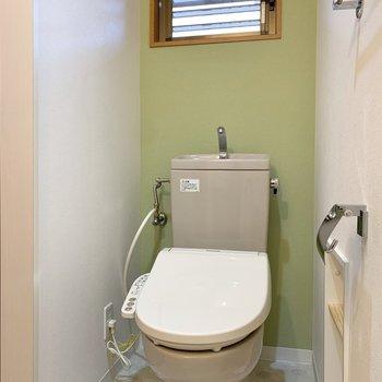脱衣所にはトイレもあります。窓とグリーンのクロスが爽やかさを演出。※写真は前回募集時のものです
