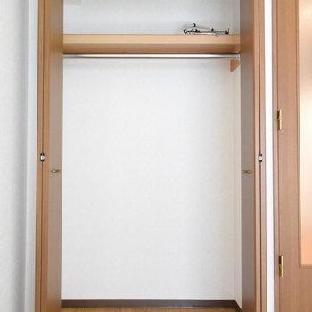 クローゼットはいいくらいのサイズ感(※写真は2階の反転間取り別部屋のものです)