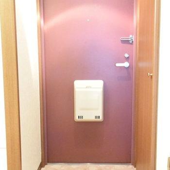 玄関の深い赤色がいいですね(※写真は2階の反転間取り別部屋のものです)