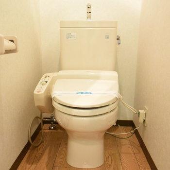 トイレもウオッシュレット付き(※写真は2階の反転間取り別部屋のものです)