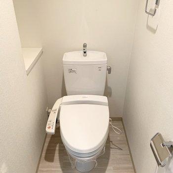 トイレも棚付き。上には吊り戸棚もあります。