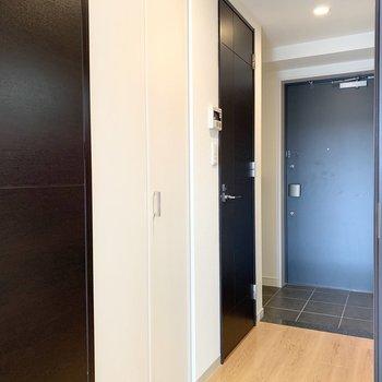 キッチンと逆サイドを見てみましょう。手前の扉が洗濯機置場、奥がトイレです。