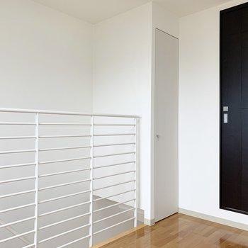 階段上のデッドスペースは収納に。