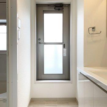 この奥の扉の向こうがルーフバルコニーです。ドア自体も上げ下げ窓になっていて、換気の役目も。