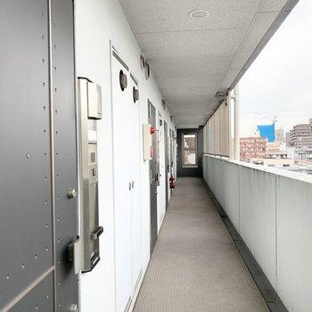 オープンで明るい共用廊下。