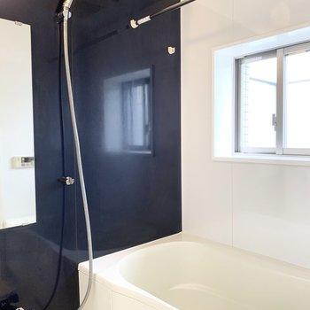お風呂もゆったり。追焚きも浴室乾燥機も付いています。窓の外はルーフバルコニー。