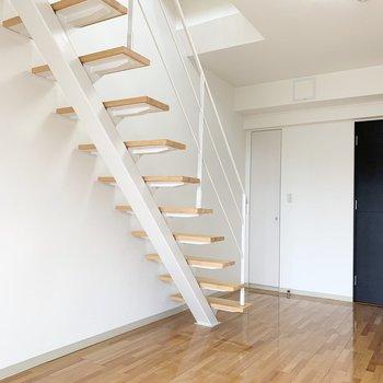 階段の向かいに収納があります。