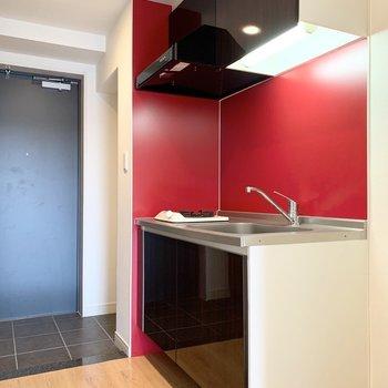 キッチンはお部屋を出たところに。食欲増幅色の赤色で自炊率もUP。