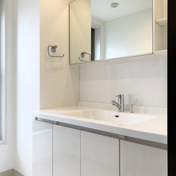 洗面スペースが広くて贅沢な空間。