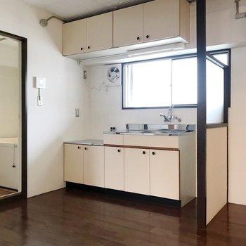 キッチンとお風呂の配置はこう。冷蔵庫はコンロの前あたりに置こう。