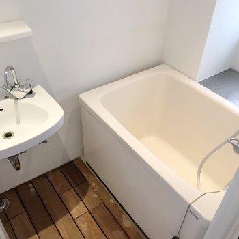 お風呂は2点ユニット。床の板張りと窓で快適に。