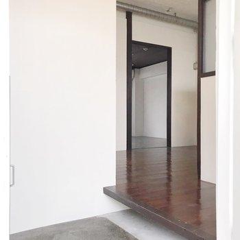 玄関に入ると、土間、型枠跡が残る天井、配管など様々な要素がお出迎え。