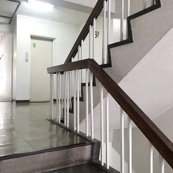 階段もあるし、エレベーターもあります。なんだか小学校を思い出す...