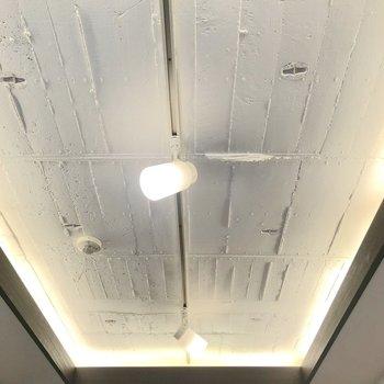 天井はワイルド。ライティングレールがお洒落です。
