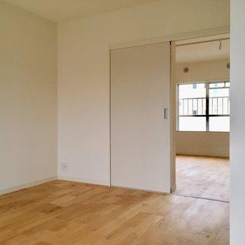 ドアは開けたままつかってもいいし、来客のときには閉めたら便利。(※写真は前回工事した別部屋です)