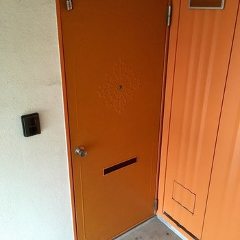扉はかわいいレトロなオレンジ色。