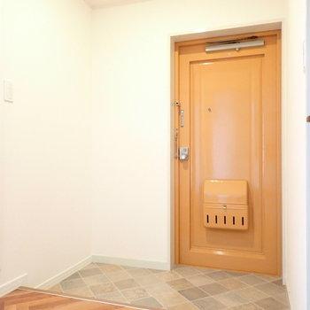 シューズボックスはくぼみに。床と玄関のオレンジが合いますね。