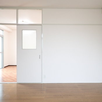 ドアの上はガラスになっていて、小洒落た雰囲気に。