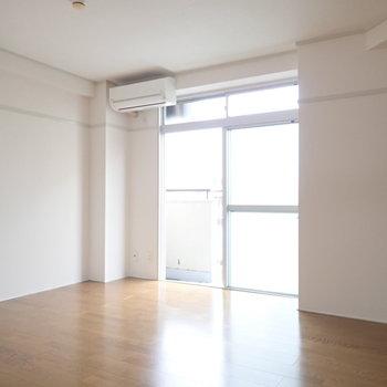 洋室です。ベッドを置いてもまだまだ広さがあります。