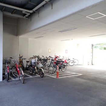 駐輪場や駐車場です。
