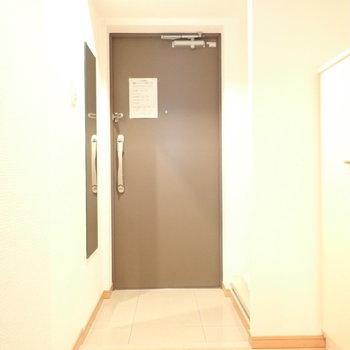 玄関は広さがあります。鏡もありますよ。