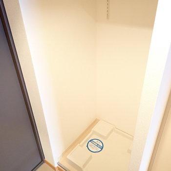 洗濯機は玄関よこに。