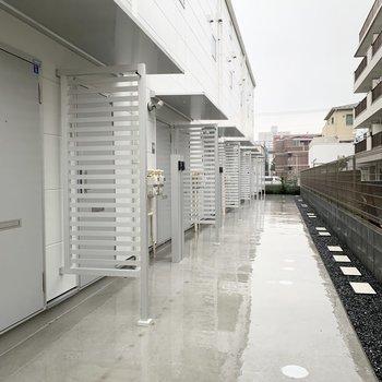 玄関前は、雨に濡れないようになっています。