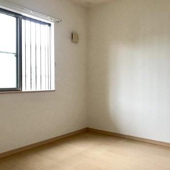 洋室はちょっと暗め。(※写真は2階の同間取り角部屋のものです)