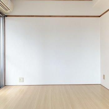 装飾したくなる真っ白な壁です。ドライフラワーを吊るしたいな〜。