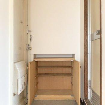 靴箱付きの玄関です。一人暮らしにはちょういい大きさですね。