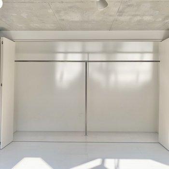 【洋室】クローゼットを開けてみました。大容量の収納スペース。