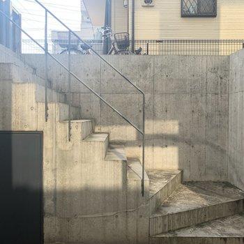 眺望。階段を上って外に行くことができます。