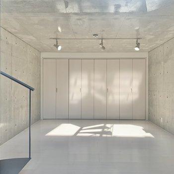 【洋室】全面がコンクリート打ちっ放しで締りがありますね。