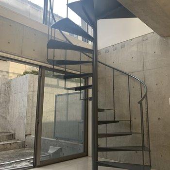 【洋室】さあ、螺旋階段を上がりましょう。