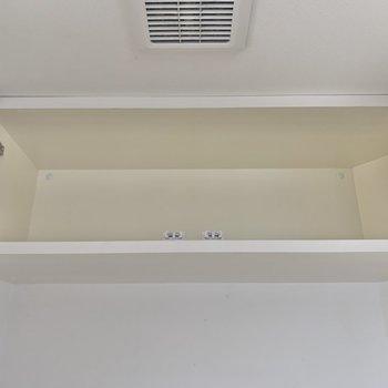 トイレの上にはちょっとした収納スペースが。