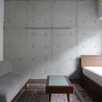 安藤忠雄氏の光の協会を彷彿とさせる、光とコンクリの渋い対比。(※写真の家具は見本です)