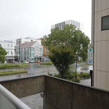 お部屋からは通りとお隣の建物が見えます。