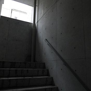 お部屋は2階。階段へと降り注ぐ光が神秘的。