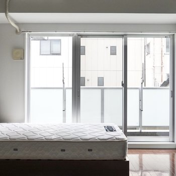 窓からたっぷりと光が。ここで目覚める朝はさぞかし気持ちが良いことでしょう。(※写真の家具は見本です)