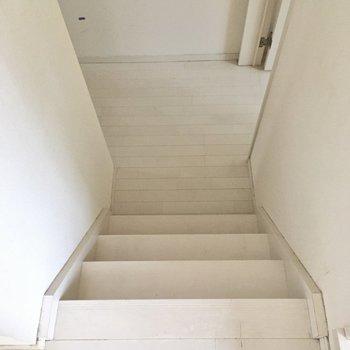階段降りて玄関・水回りに。(※写真は清掃前のものです)