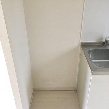 冷蔵庫は手前に置きましょう。後ろにも収納棚を置けそうです。(※写真は清掃前のものです)