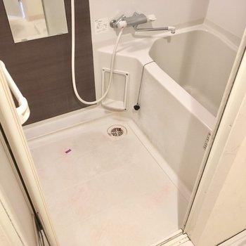 お風呂はサーモ水栓だから、お湯の調節が楽ちんですね。(※写真は清掃前のものです)