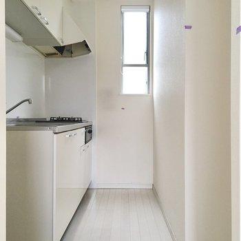 キッチンにも窓があって明るい!冷蔵庫は手前に置きましょう。(※写真は清掃前のものです)