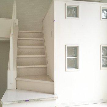 さぁ、階段登ってロフトへ。ガラスブロックがキラキラ綺麗だなぁ。(※写真は清掃前のものです)