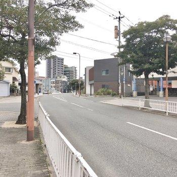 まっすぐ行くと大通り。大通りまで行けばバスも多く通っています。