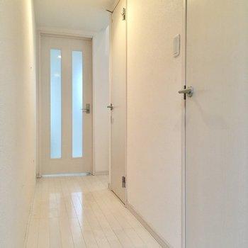っとその前に、お部屋はもう1つあるんですよ〜!奥から順に洋室、トイレ・サニタリーです。(※写真は清掃前のものです)